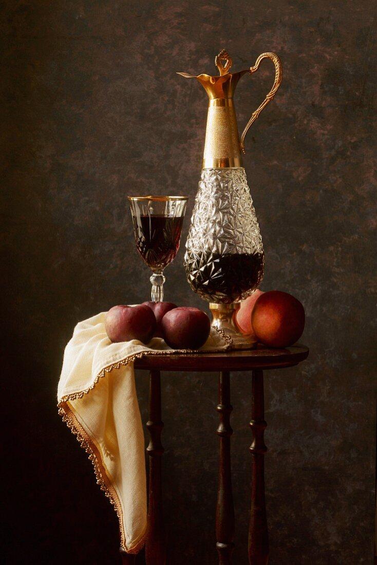 Stillleben im Stil der Alten Meister mit Früchten und Rotwein in Glas und Karaffe
