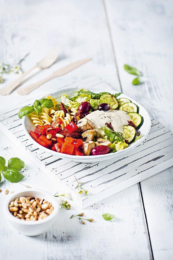 Caesar Salad Bowl mit Spiralnudeln und Gemüse