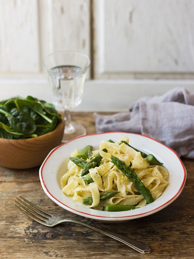Fettuccine Alfredo: tagliatelle with green asparagus and baby leaf spinach