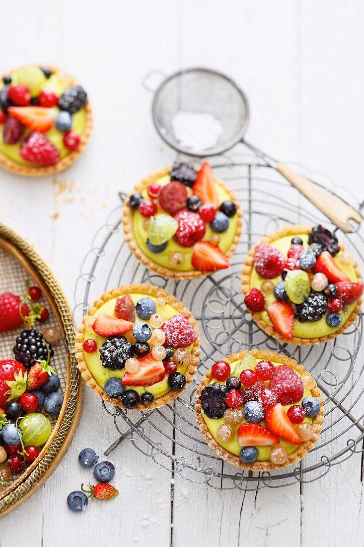 Tarts with pistachio cream and Amaretto berries