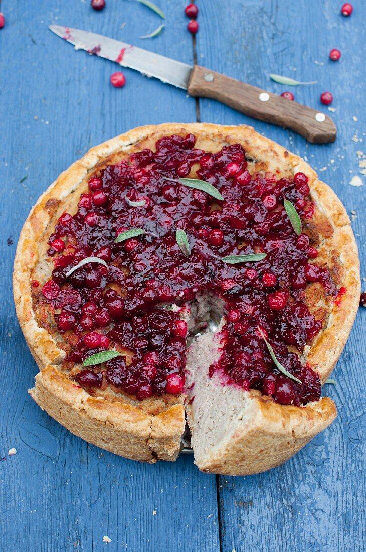 Weihnachtliche Truthahnpie mit Cranberries und Salbei