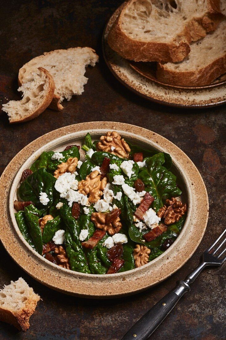 Spinach salad with bacon, walnuts and sheep's cheese