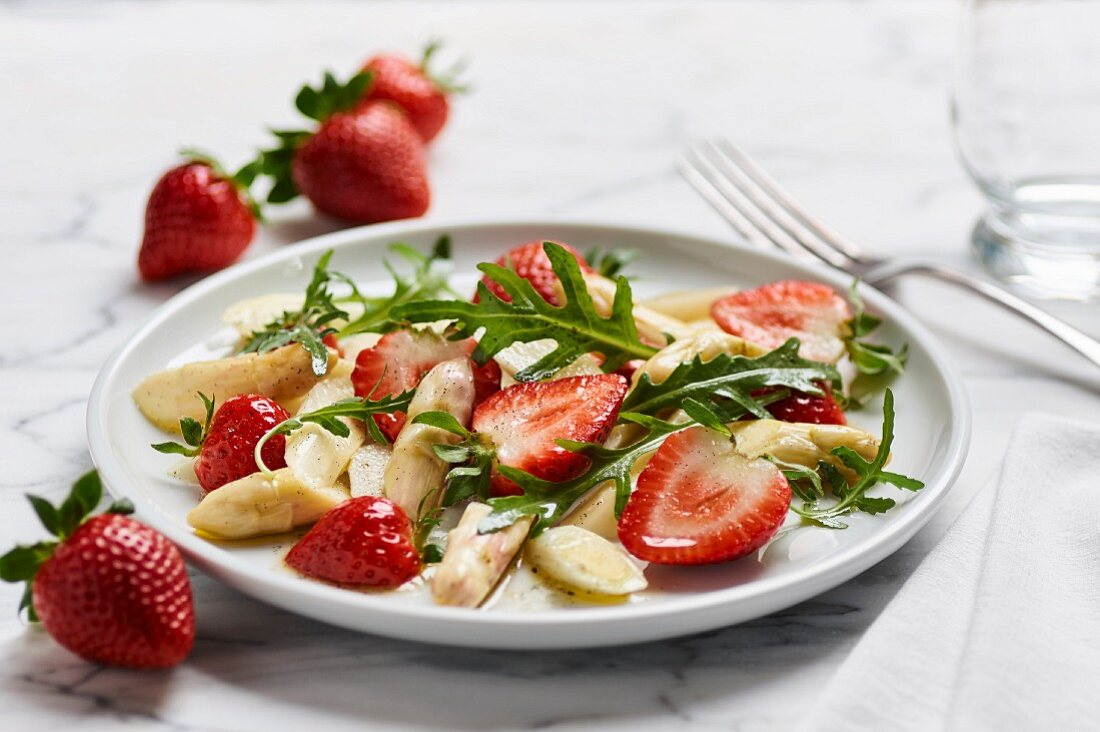 A salad of white asparagus, strawberries and rocket
