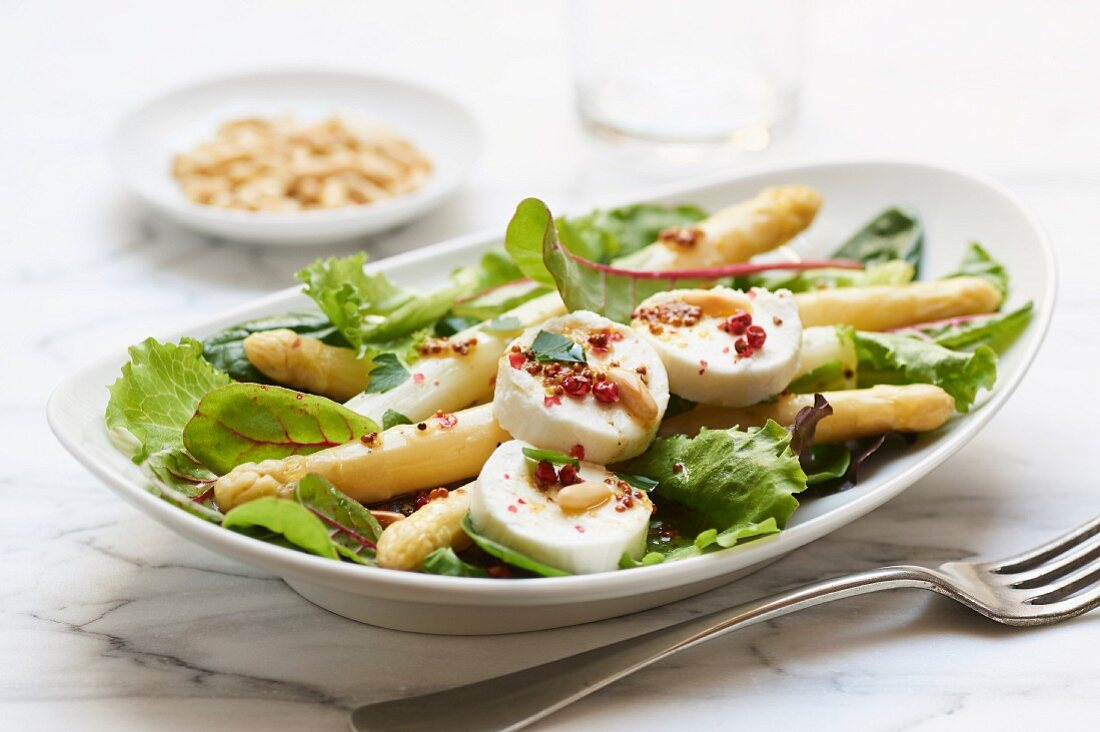 Green salad with white asparagus and goat's cheese