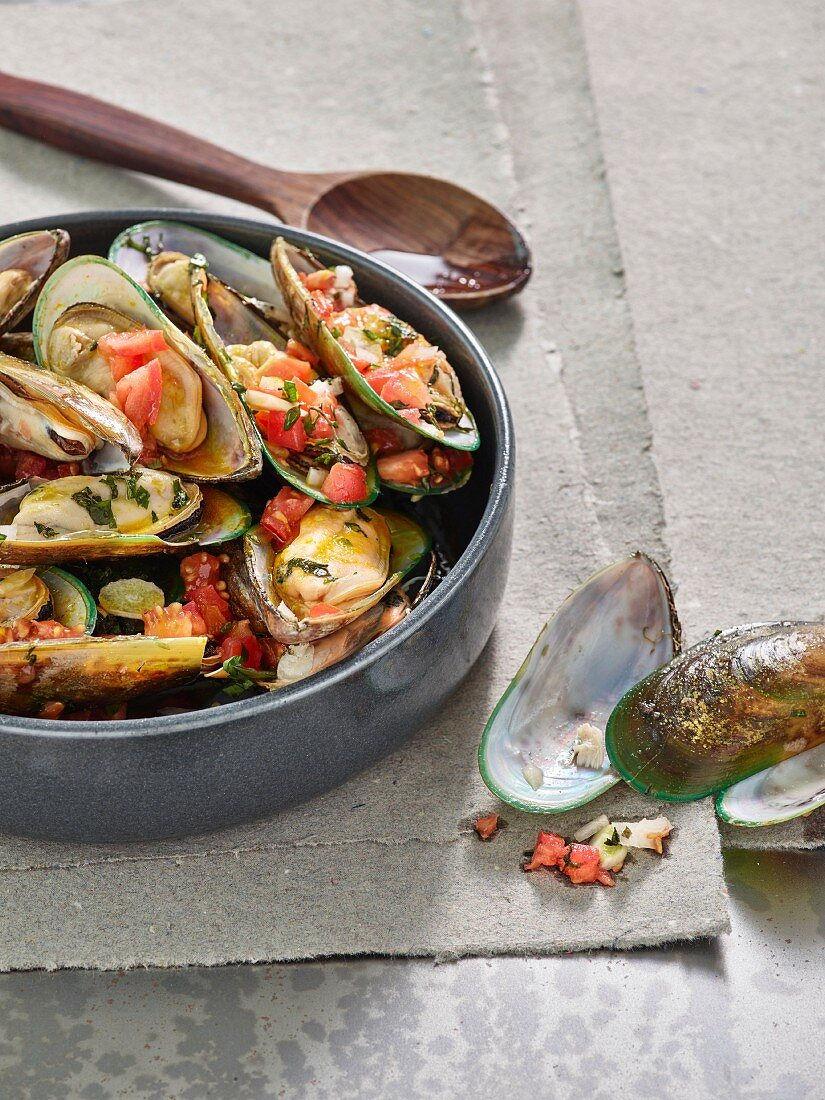 Grilled mussels with tomatoes and saffron