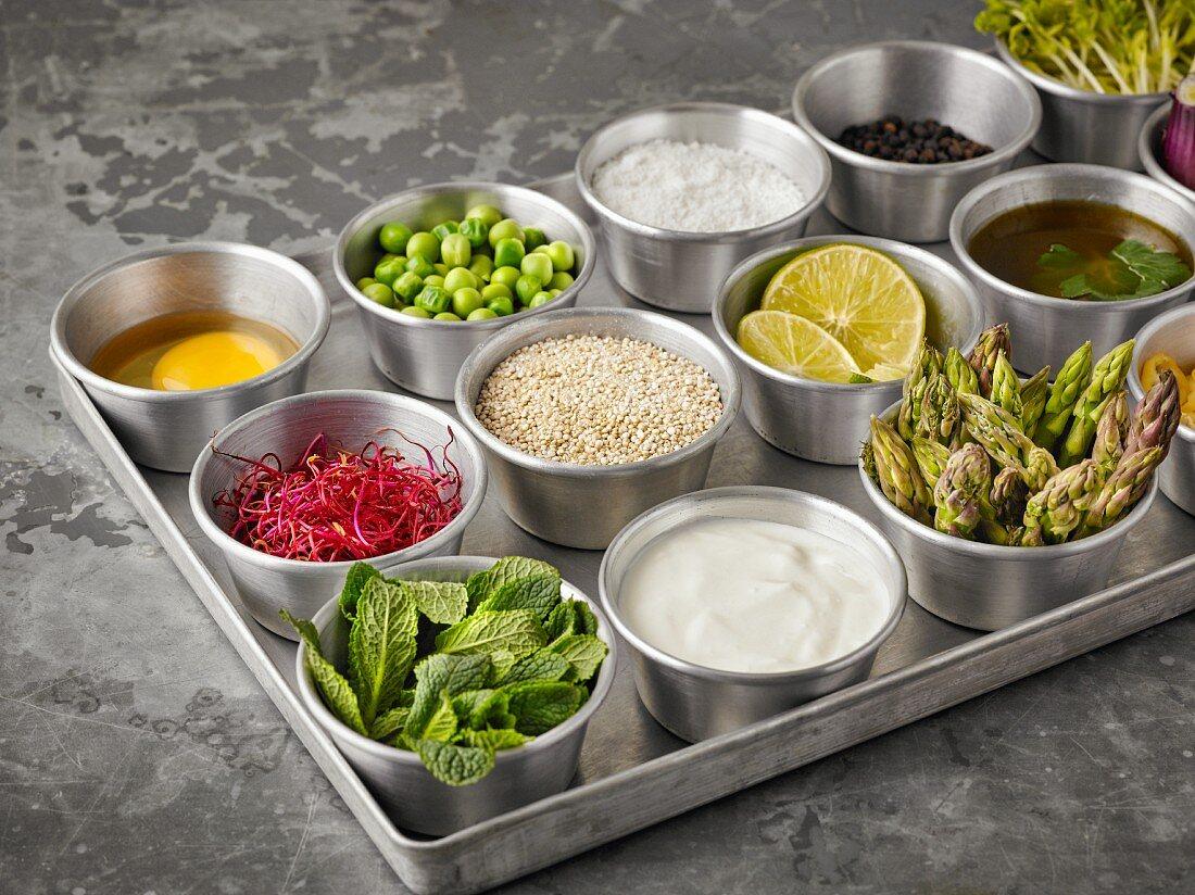 Zutaten für Quinoa-Burger und Muffins in Schälchen