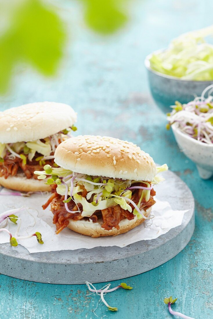 Burgers with pulled jackfruit and sprouts (vegan)