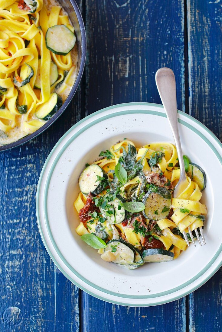Tagliatelle with spinach, dried tomatoes and courgette in cream sauce