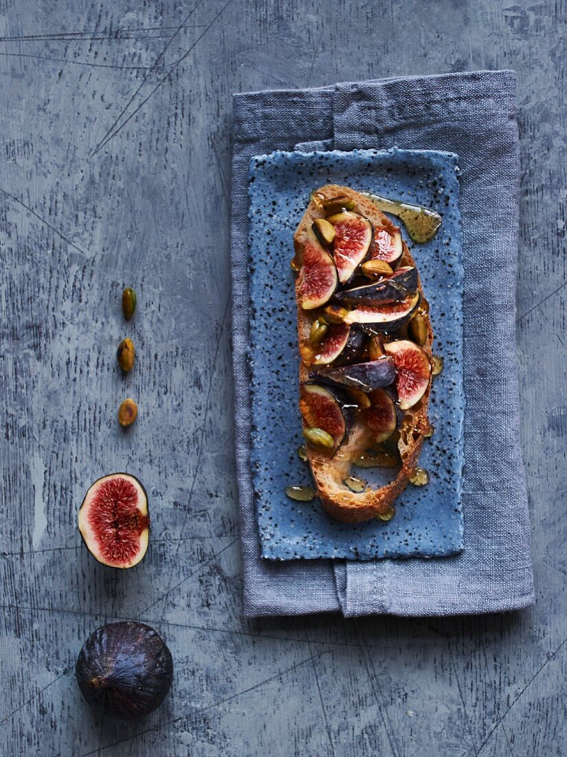 Ciabatta with figs, roasted pine nuts and honey