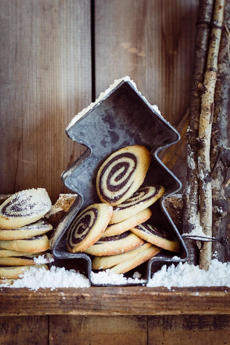 Poppy seed spiral pastries with icing sugar