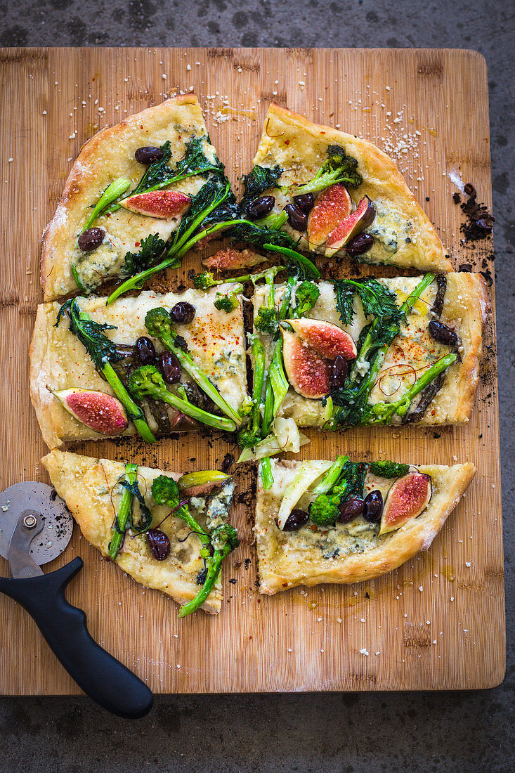 Grilled pizza with stemmed cabbage, figs, olives and blue cheese