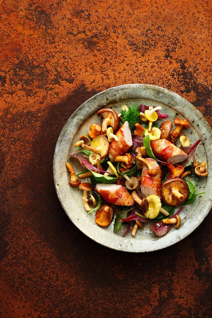 Mushroom salad with rabbit fillets wrapped in bacon