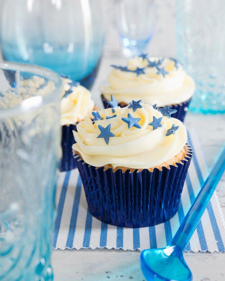 Cupcakes mit Buttercreme und blauen Zuckersternchen