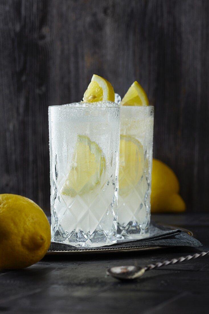 Gin Fizz mit Zitronen