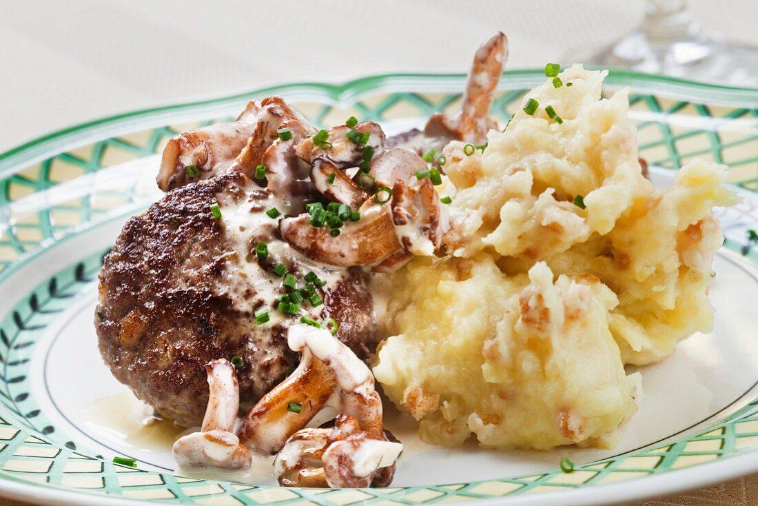 Kalbsfrikadelle mit Pfifferlingen und Kartoffelpüree