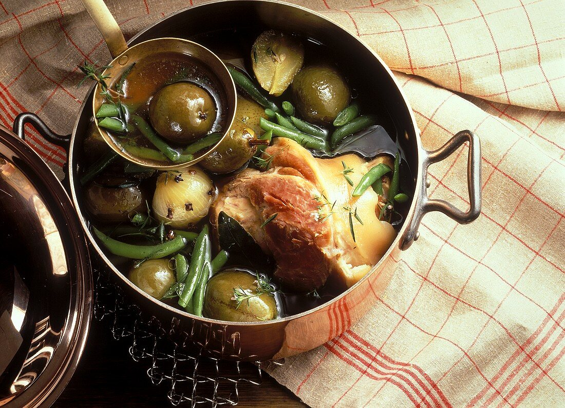 Stew with pears, beans and knuckle of pork