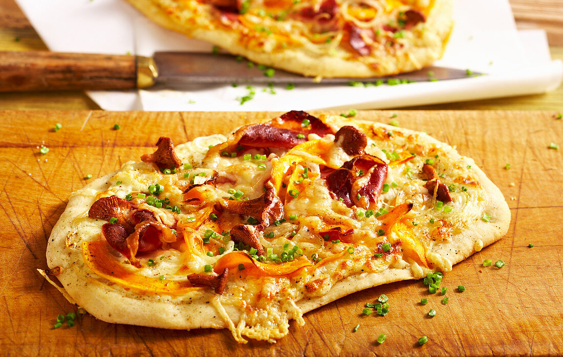 Small pizza with chanterelles, pumpkin, cheese and bacon