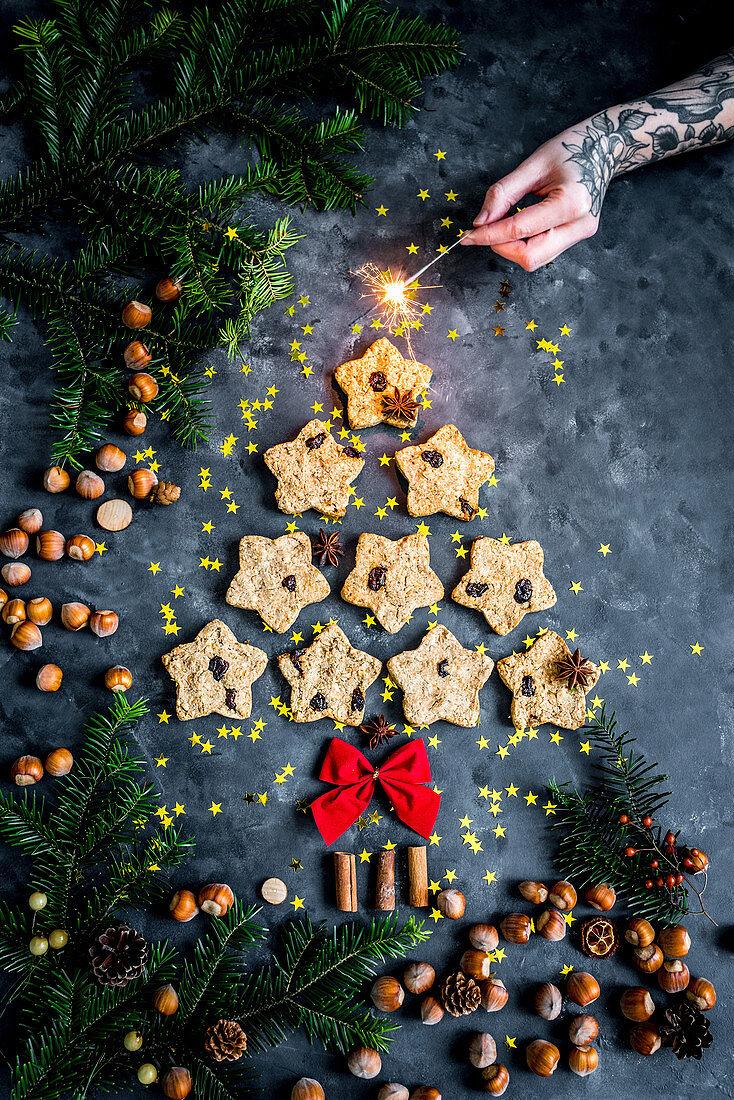 Tannenbaum aus Haferplätzchen mit Wunderkerze als Weihnachtsdeko