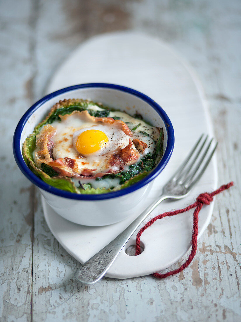 Small noodle casseroles with herbs, brie, pancetta and quail egg
