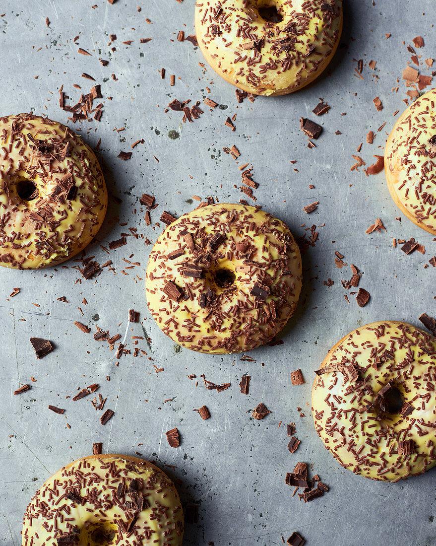 Vanille-Donuts mit Schokoladenstreuseln