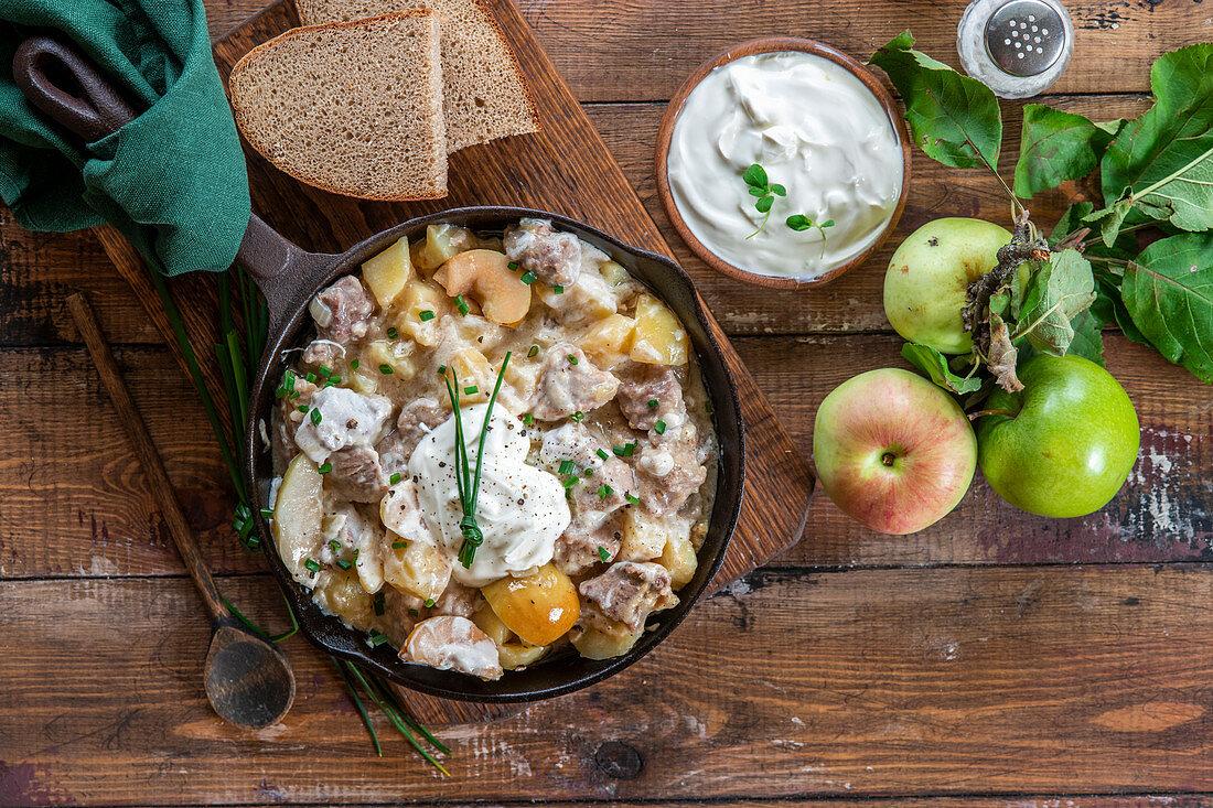Schweine-Apfel-Ragout mit Kartoffeln und Sauerrahm