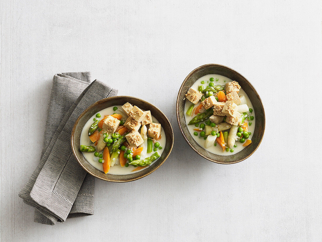 Asparagus curry with crispy tofu (low carb)