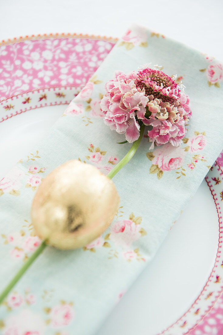 Flower in gilded egg shell decorating plate