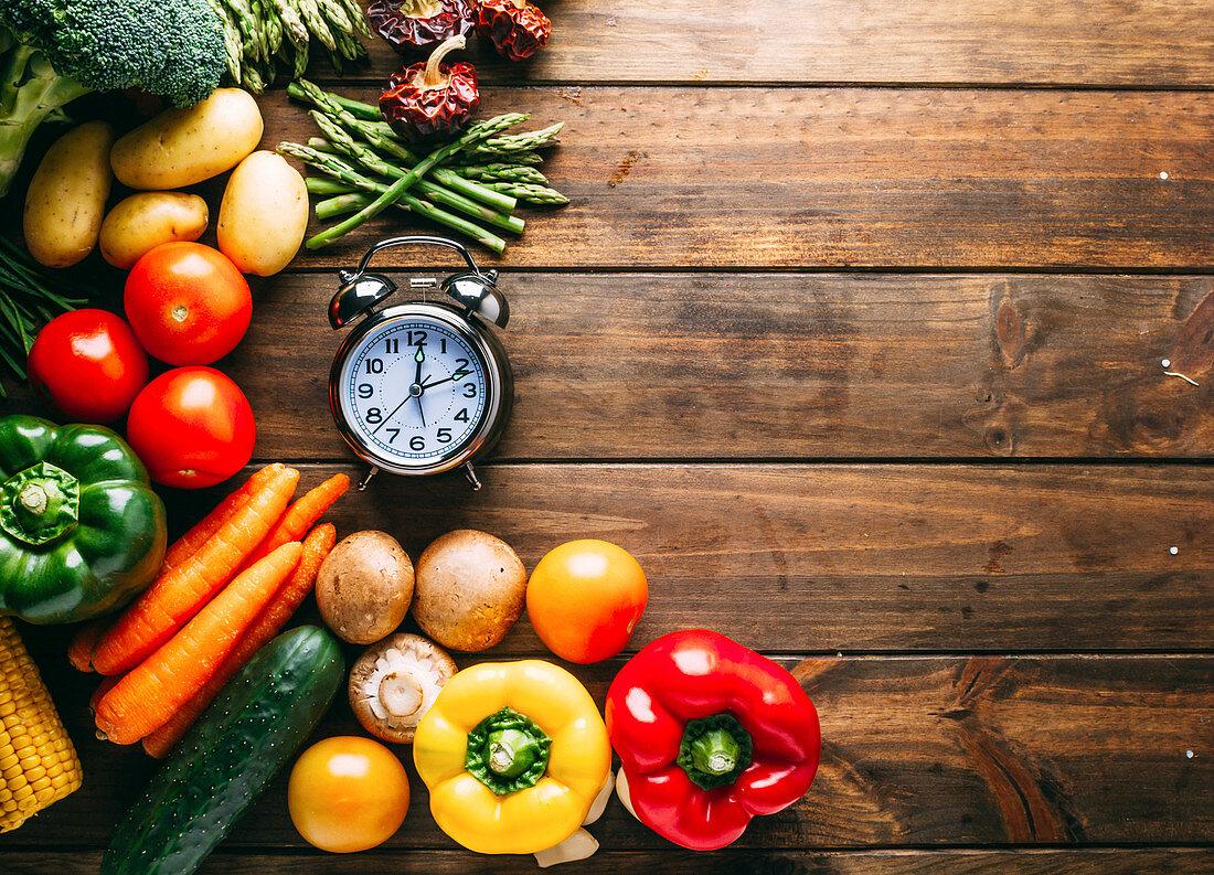 Gemüsestillleben mit Pilzen und Wecker