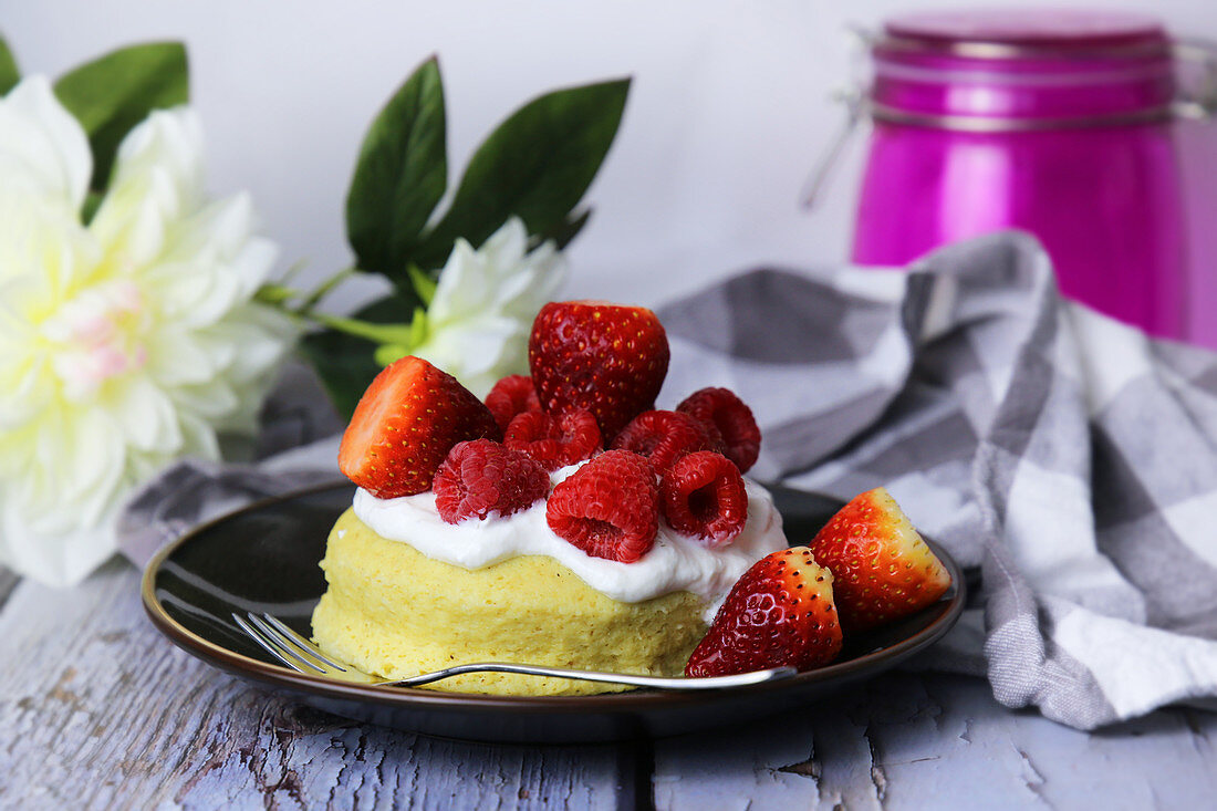 A mini microwave cake with quark and berries
