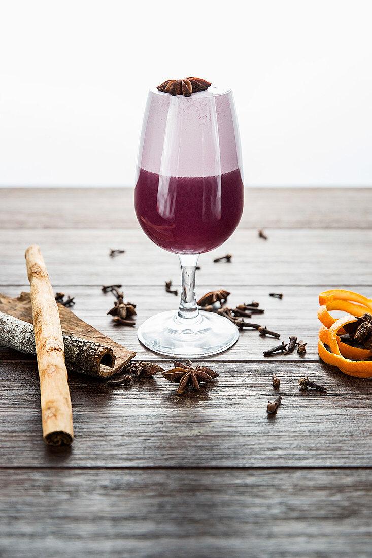 Rotwein-Cocktail mit Zimt, Nelken und Anis