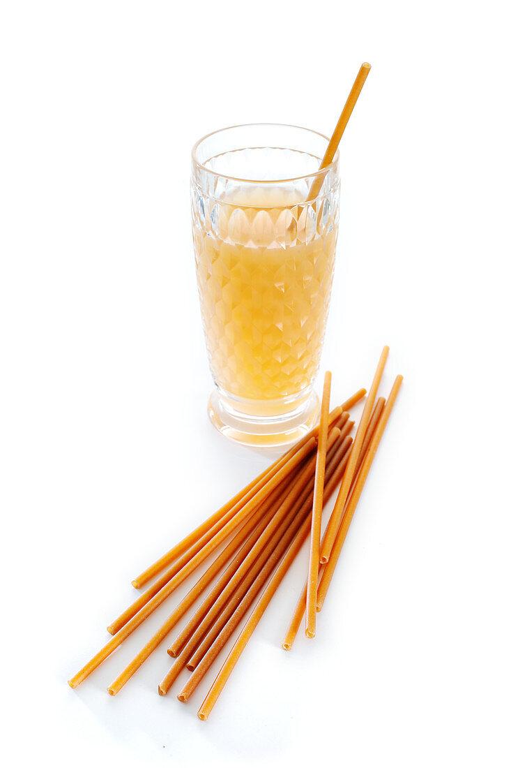 Straws made of durum wheat and apple fibers