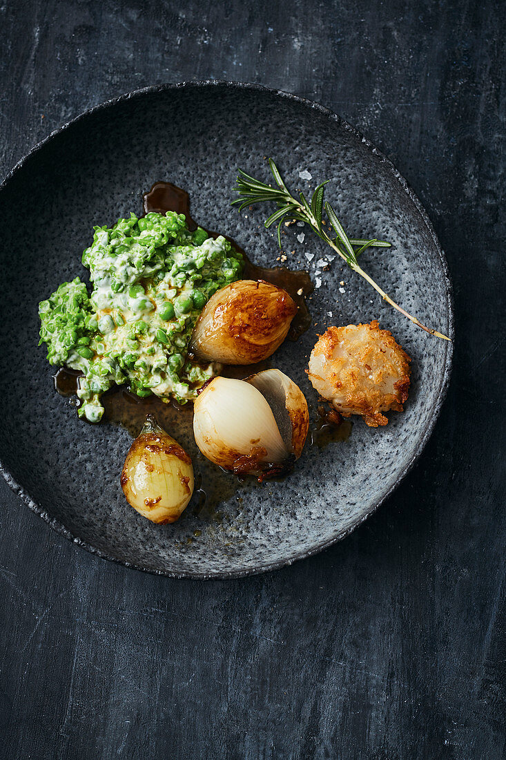 Fried scallops with caramelised onions and mushy peas