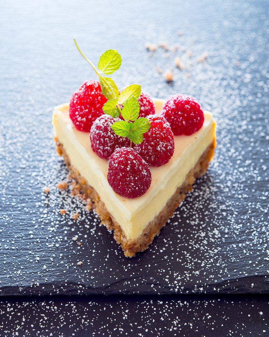 Ein Stück Himbeer-Cheesecake