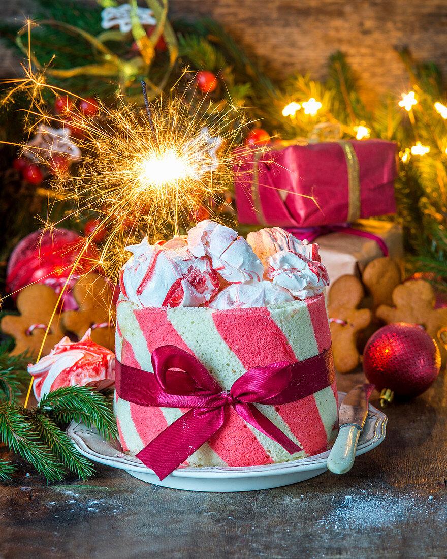 Rot-weiße Weihnachtstorte mit Erdbeer-Profiteroles und Baiser