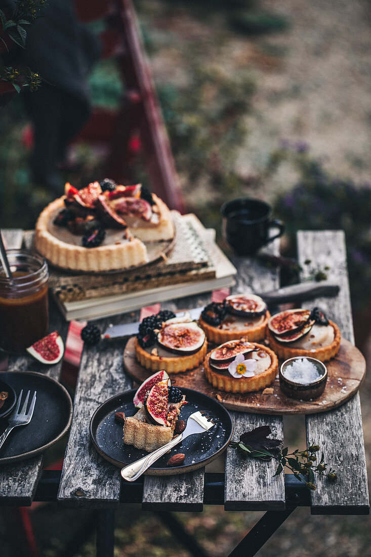 Fig tarts with vanilla cream and salted caramel
