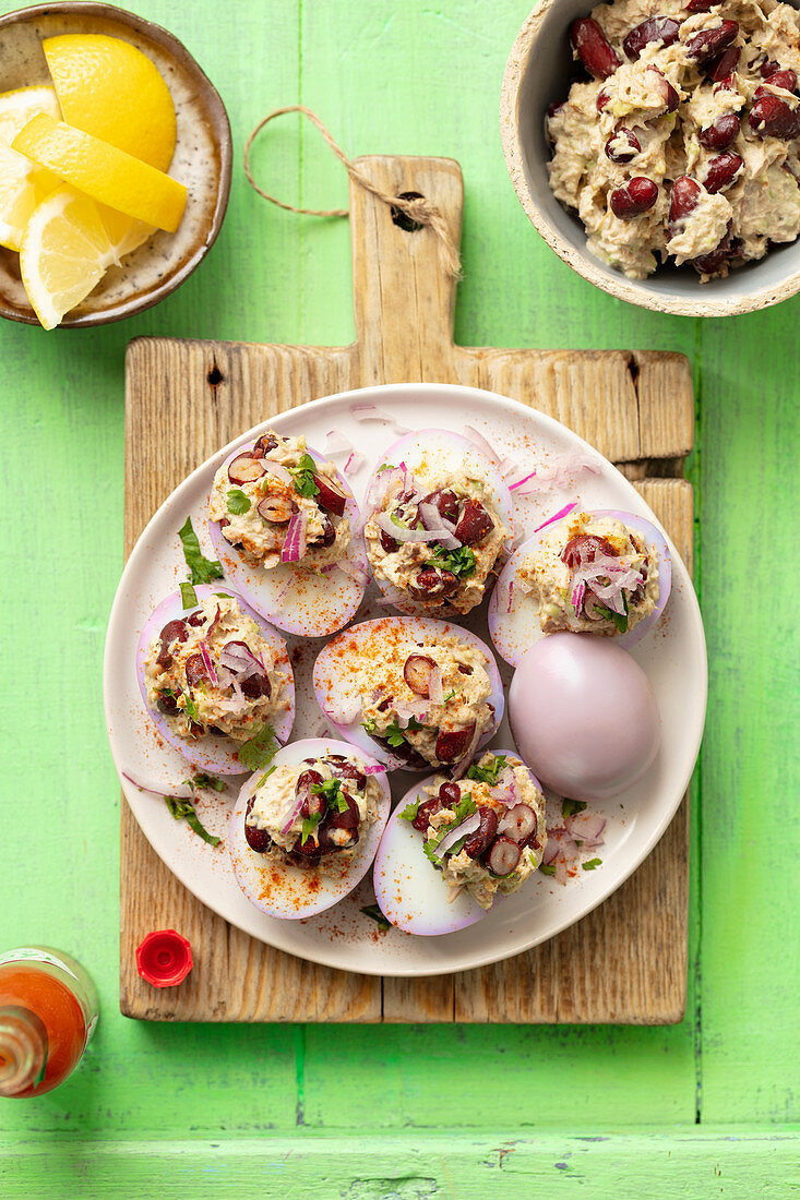 Eggs marinated in red cabbage stuffed with tuna and kidney beans