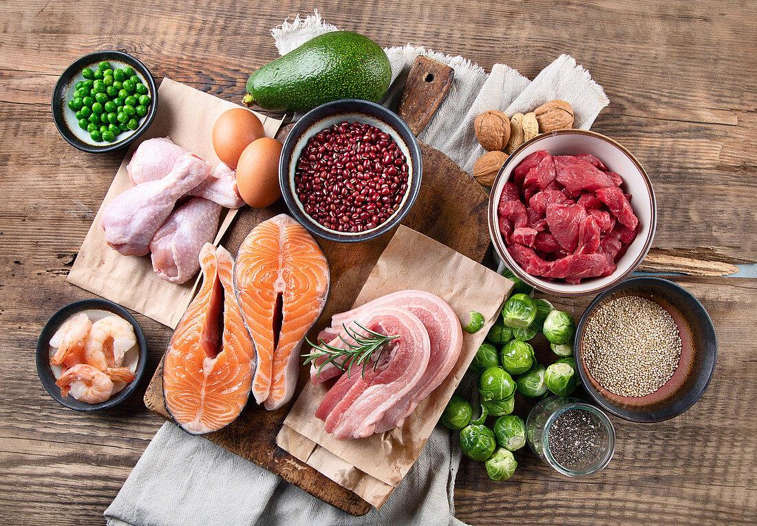 Verschiedene Lebensmittel mit hohem Proteingehalt