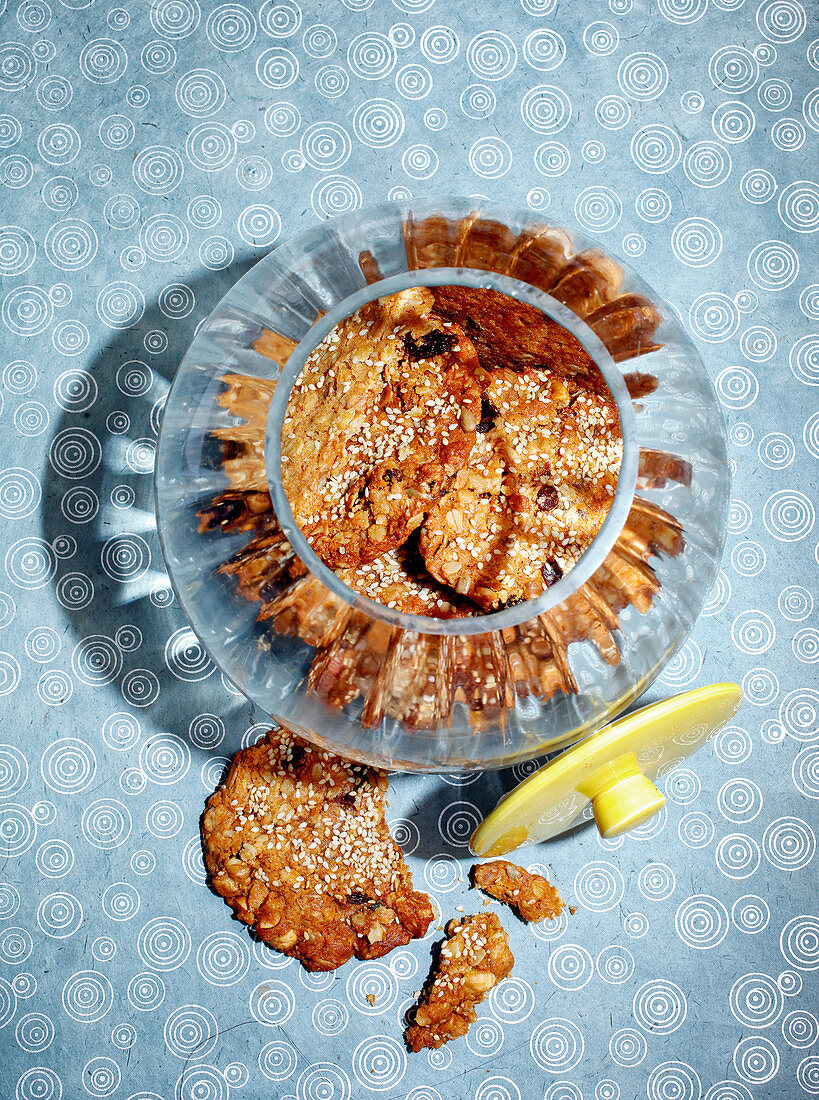 Muesli biscuits with dates and sesame seeds