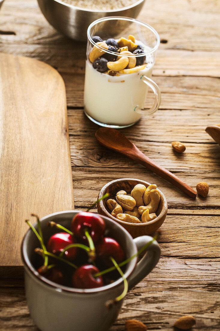 Joghurtmüsli, Cashewkerne und Kirschen