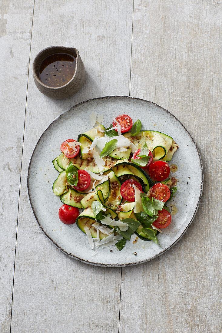 Grill-Zucchinisalat mit Kirschtomaten und Parmesan-Vinaigrette