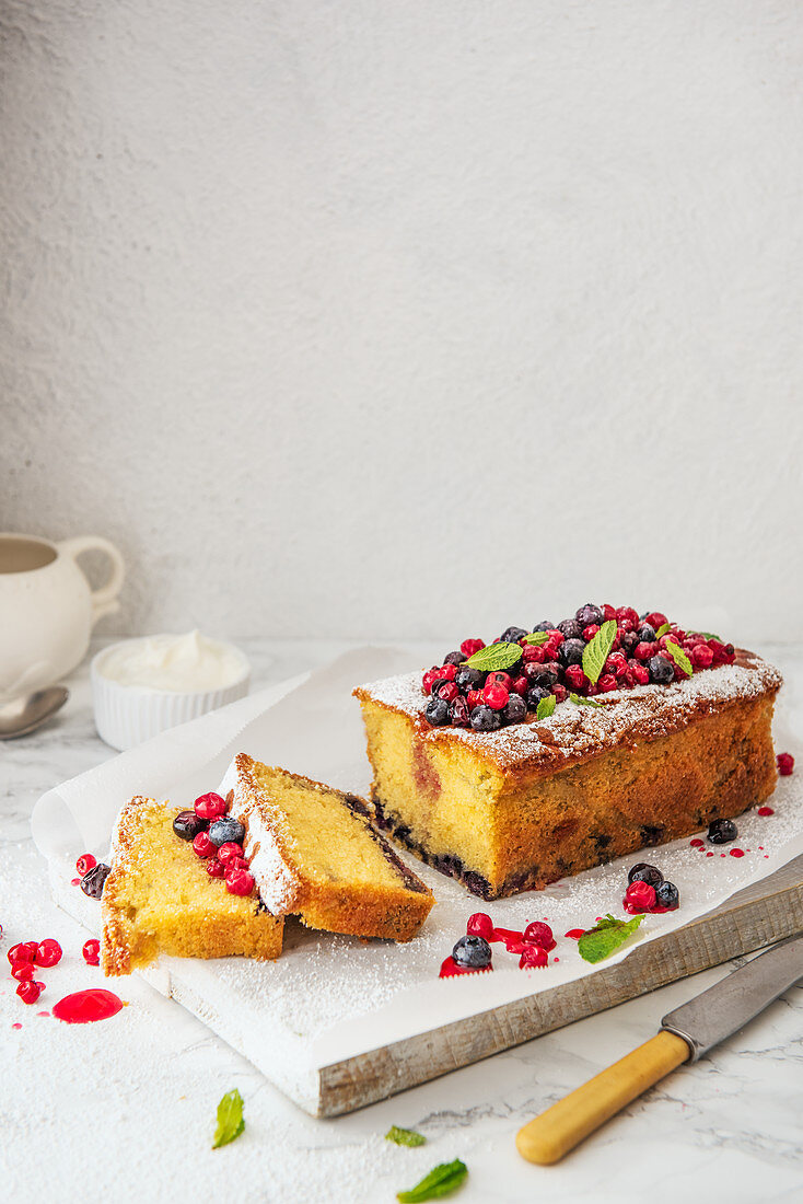 Sponge cake with blueberries and red currants