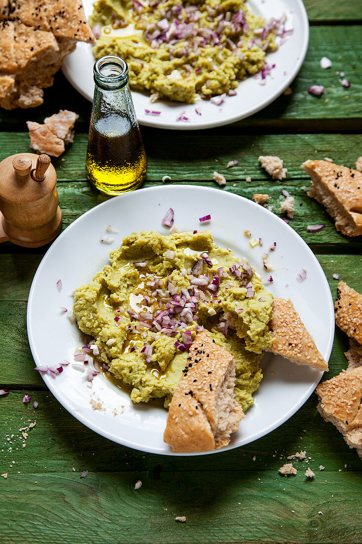 Broad bean cream with red onions and flatbread
