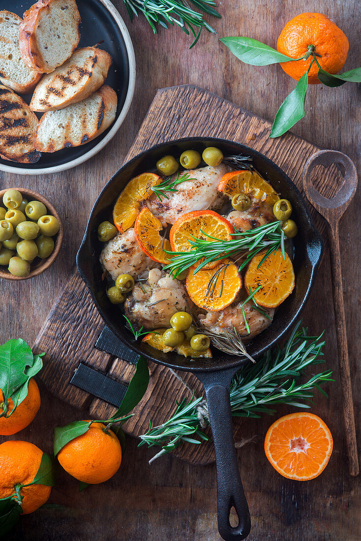 Olive chicken with tangerines and toasted bread