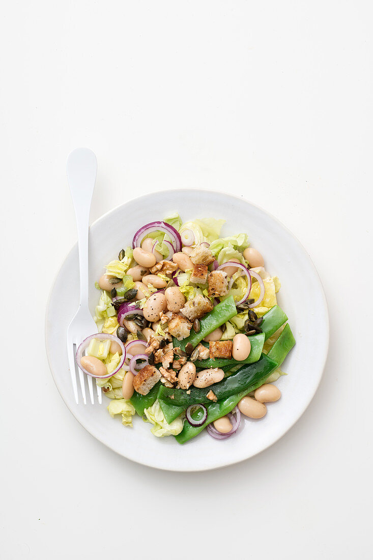 Mixed salad with white beans, mangetout and croutons