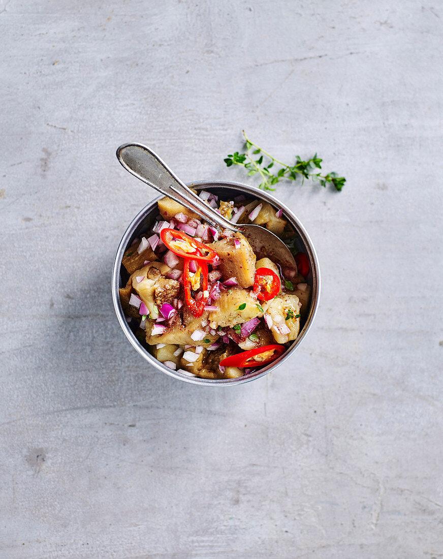 Auberginensalsa mit Chili und roten Zwiebeln