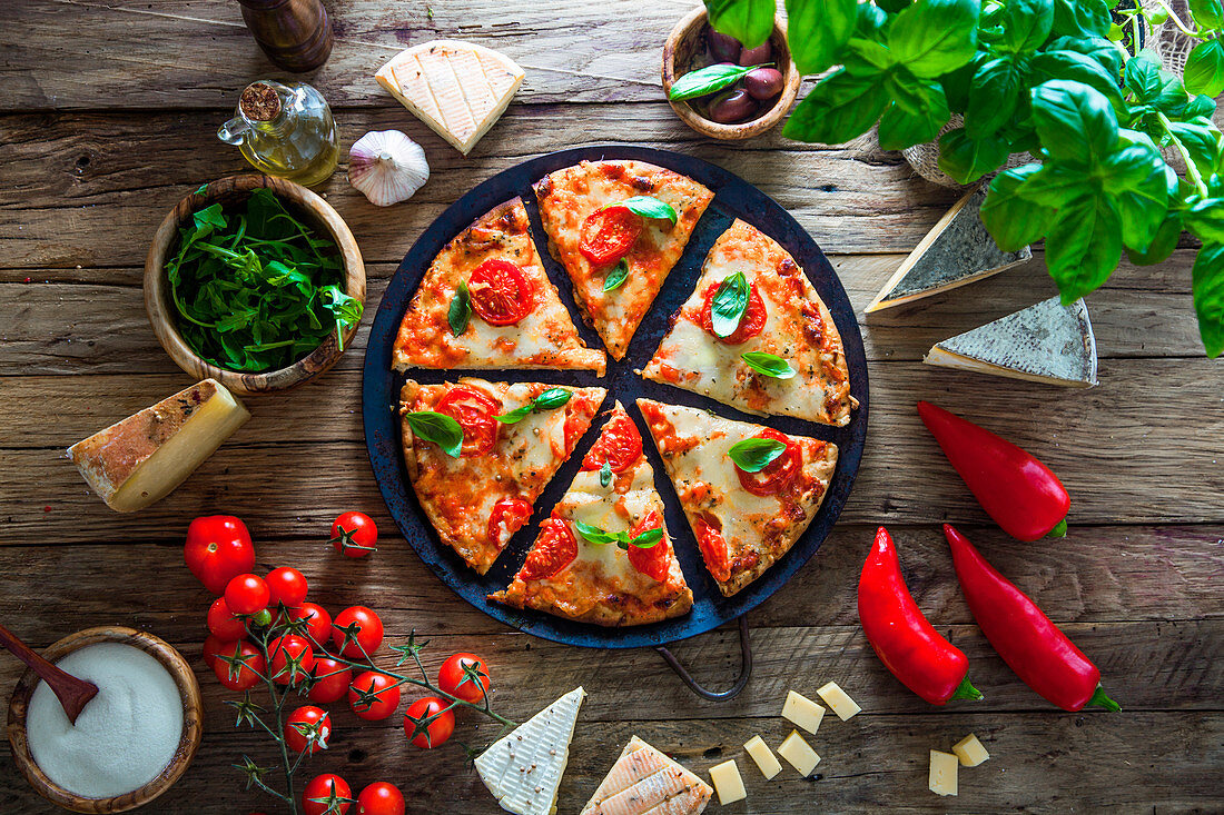 Pizza mit Käse, Tomaten und Basilikum