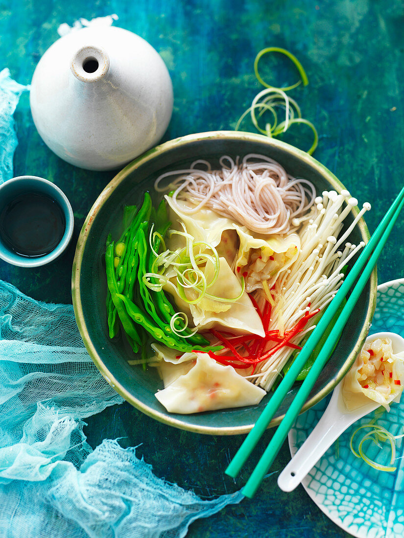Wasserkastanien-Jakobsmuschel-Dumplings mit Nudeln, Pilzen und Bohnen (China)