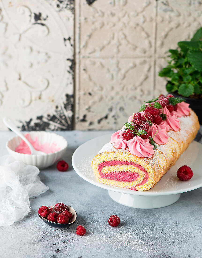Sponge roll with yoghurt and raspberry filling