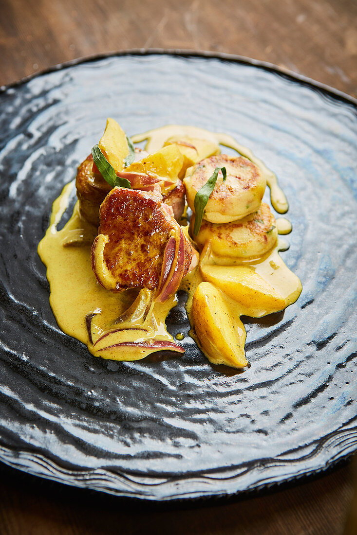 Pork fillet with curry sauce and pommes macaire