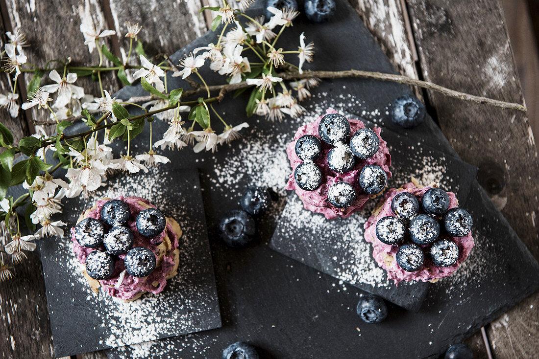 Vegan blueberry tarts (raw baking)